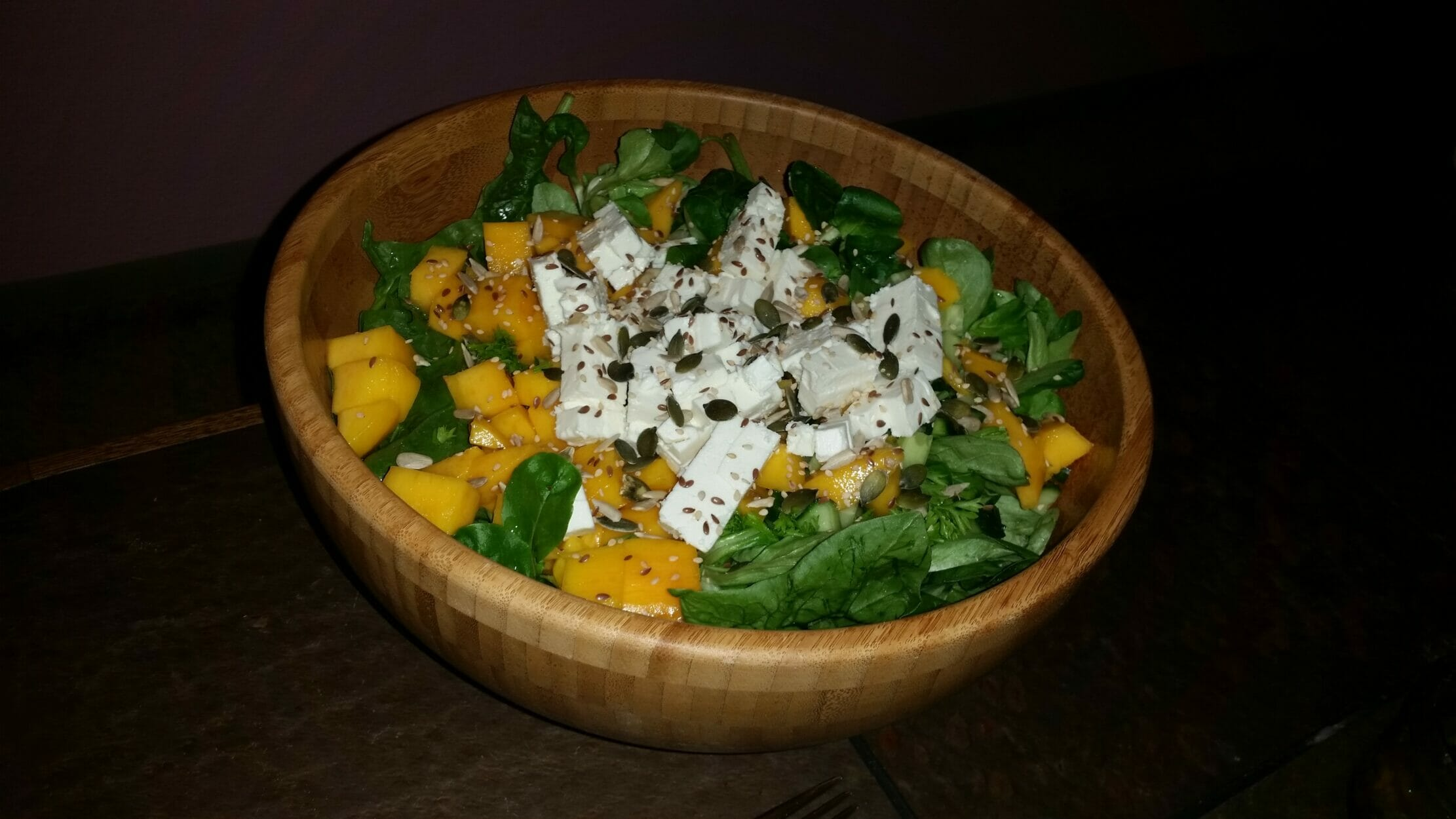 Spinat Salat mit Mango und Feta