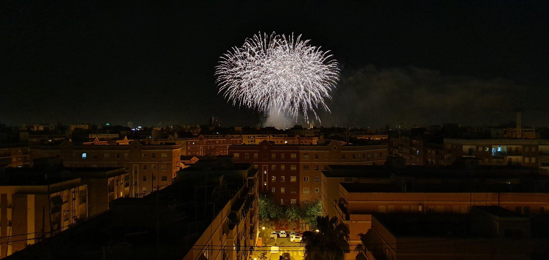 Eine grüne Stadt mit Feuerwerk